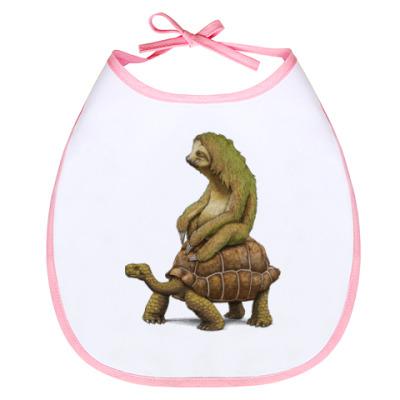 Слюнявчик Ленивец на черепахе
