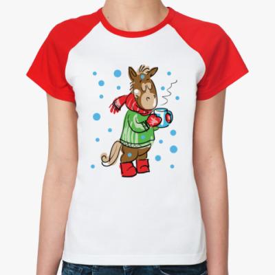 Женская футболка реглан Новогодняя лошадь с чаем