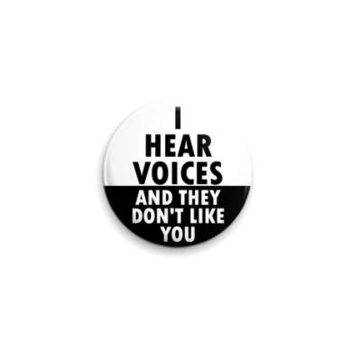 Значок 25мм Я слышу голоса и ты им не нравишься