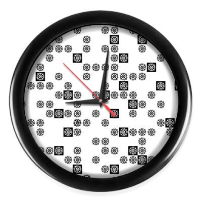Настенные часы который час?